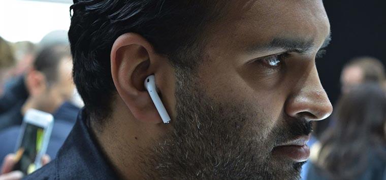 Apple AirPods.Возможность использования всего одного наушника.